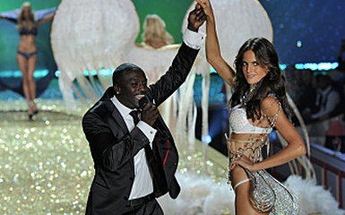 akon at victorias secret 385 Akon Serenades The Angels, Sings Angel At Victorias Secret Fashion Show   On CBS Tonight At 9 PM