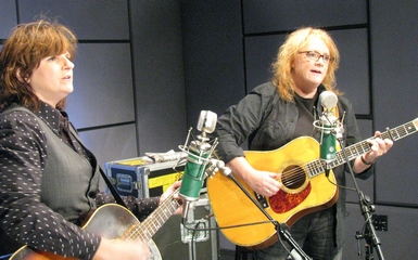 indigo girls 385 x3 Holly Happy Days   The Indigo Girls Perform Songs From Their New Holiday Album